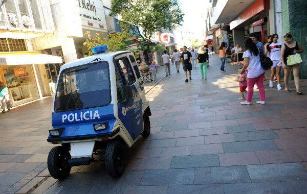 Otros tiempos. El móvil eléctrico policial fue incorporado para sumar seguridad en las peatonales. Hace varios días que está fuera de servicio.