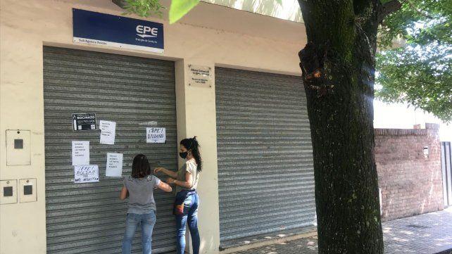 Los manifestantes pegaron carteles con sus demandas por los reiterados cortes de luz.