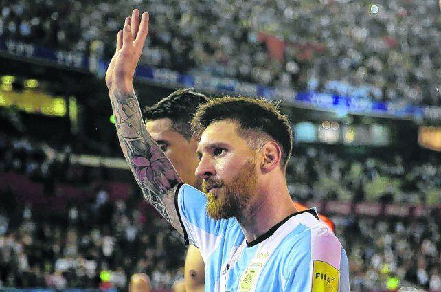 El día de furia. La Pulga saluda a la gente tras el partido con Chile. Días después aparecería la dura sanción.