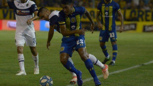 Metido. Ojeda será clave junto a Rinaudo para romper el circuito futbolístico del equipo de Hernán Crespo.