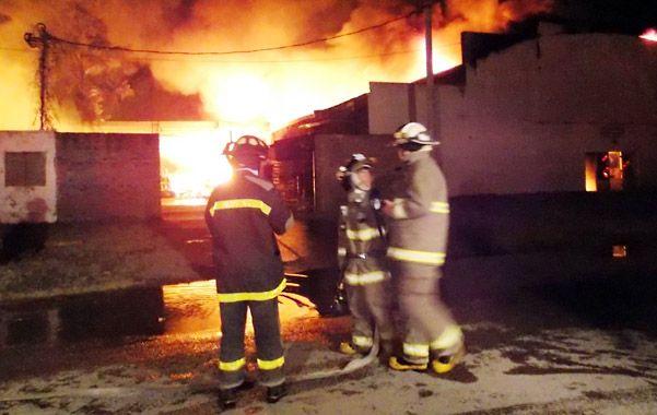 Tarea ardua. Unos cien voluntarios trabajaron durante toda la noche para controlar las llamas.