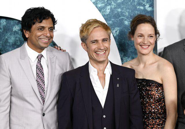 """M. Night Shyamalan, Gael Garcia Bernal  y Vicky Krieps en la premiere de """"Viejos"""" en Nueva York."""