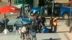 video: un hombre en situacion de calle le robo el arma a un policia en retiro, empezo a los tiros y hay cuatro heridos