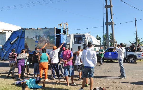 Custodiados. Los camiones de basura salieron a la calle para prestar el servicio