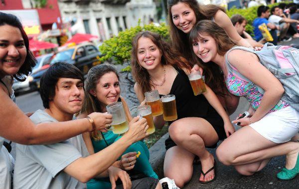 Un grupo de amigos brinda con cerveza en la avenida Pellegrini. Muchos los imitaron.