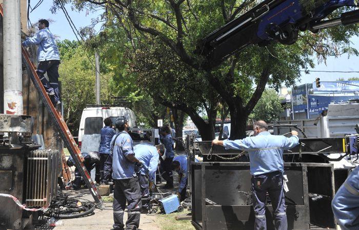 Operarios de la EPE trabajan en distintas zonas de la ciudad para restablecer el servicio en baja tensión.