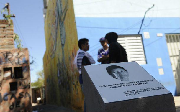 Detrás del monolito que recuerda a Mercedes Delgado estaban Leiva y sus amigos antes de morir. (Foto: F. Guillén)