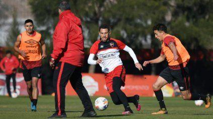 Maxi Rodríguez maniobra durante un ensayo de fútbol en Bella Vista.