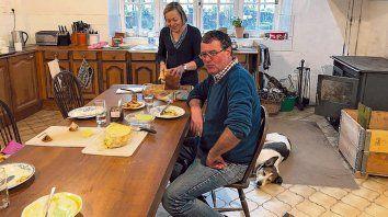 Dulce hogar. Andrew Nixey y su esposa en su casa de campo en Francia. Allí crían ganado y él es concejal.