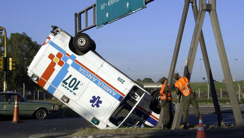 Capital: espectacular choque y vuelco de una ambulancia sobre autopista