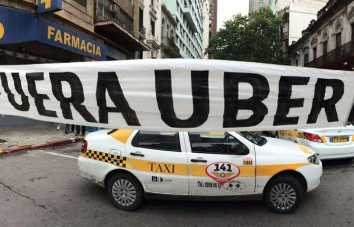 Uber se enfrentó con los taxistas en muchas de las ciudades donde funciona el servicio.