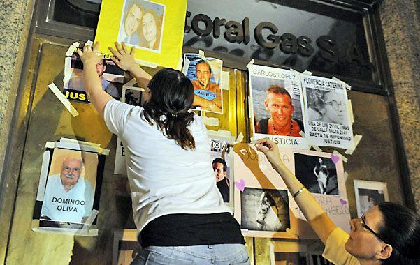 Familiares pusieron fotos de las víctimas en la puerta de Litoral Gas. (Foto: Mutti Lovera)