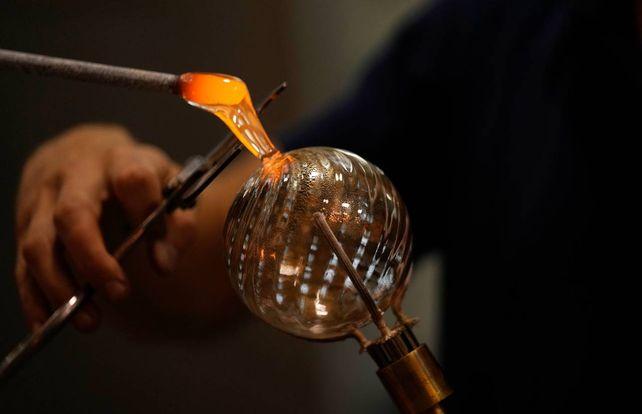 Momento clave. El maestro vidriero corta el material aún al rojo y da la terminación a la pieza. Un arte que tiene 1200 años de tradición.