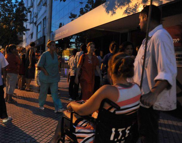 Conmoción. Gran parte del edificio de San Luis y Pueyrredón tuvo que ser evacuado. (Foto: C. Mutti Lovera)