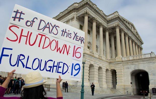 Tensa espera. Una empleada del gobierno federal protesta frente al Capitolio