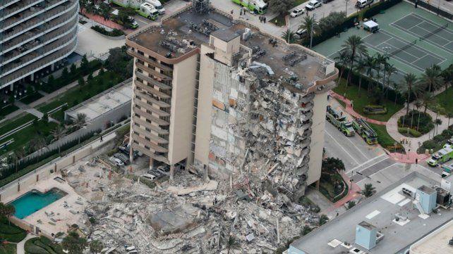 El ala de un edificio de 12 pisos de Miami se desplomó la madrugada de este jueves.