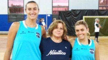 Azul y blanco. Gabriela de los Ríos (centro) junto a Prichu Bosio (izquierda) y Maqui Parenti (derecha).
