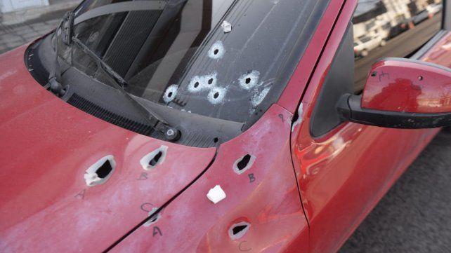 El vehículo donde fue acribillado un hombre en Balcarce y Anchorena.