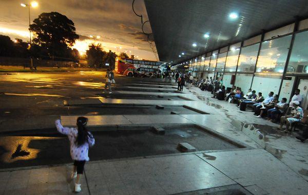 Incertidumbre. Anoche los pasajeros no sabían si su colectivo aparecería en algún momento.