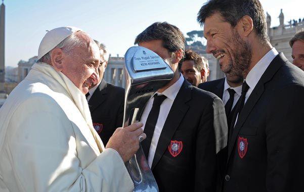 El Santo Padre. Francisco recibió ayer la copa del Torneo Inicial de los dirigentes Matías Lammens y Marcelo Tinelli.