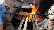 La leña ya no se usa para los asados, sino para calentar el café, hacer las arepas y toda clase de comidas. Incluso en los departamentos de Caracas.