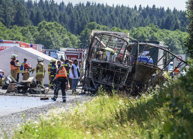 Al menos 18 muertos y 30 heridos al chocar un colectivo y un camión en Alemania