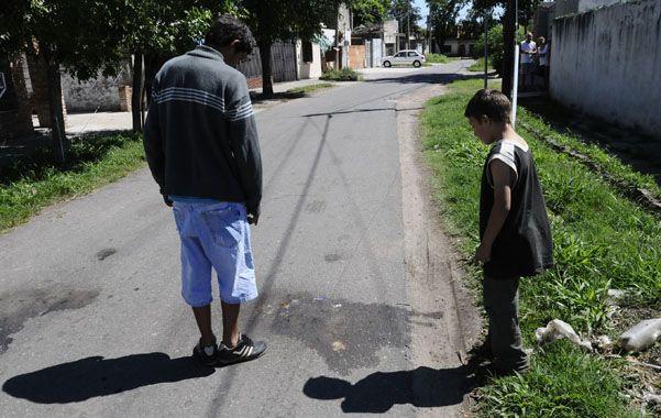 Manchada. Así quedó la calle en el lugar donde mataron a Miguel.