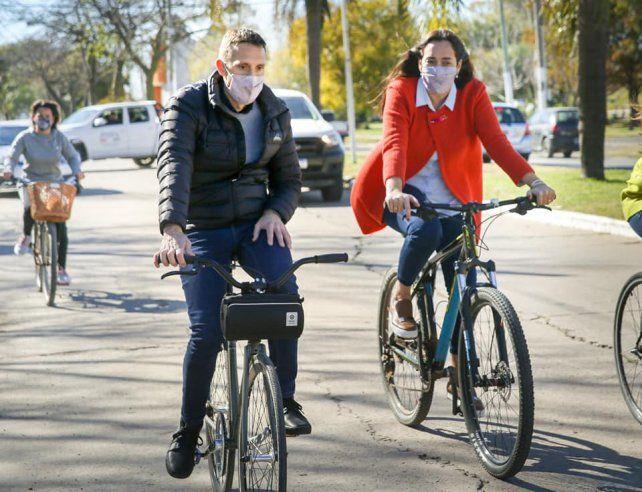 En bicicleta. Una costumbre del intendente perecino para recorrer las obras que se realizan en la ciudad.