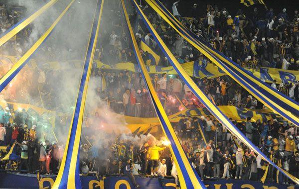 Un grupo de barras empezó a tirar bengalas en el complemento. El resto del estadio repudio la actitud.