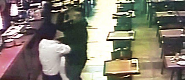 Francisco Sepúlveda pelea con uno de los asaltantes