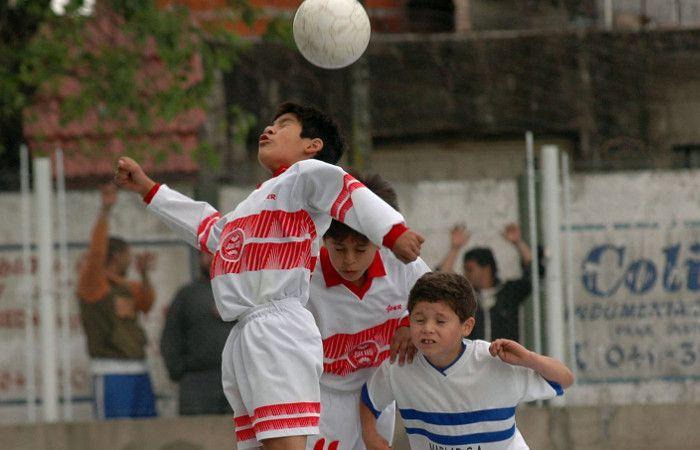 Por el riesgo neurológico, estudian prohibir los cabezazos en el fútbol infantil para menores de 10 años