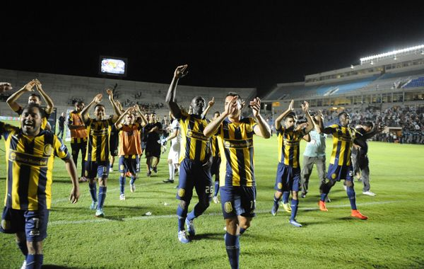 Los jugadores de Central festejan en San Juan. El miércoles estarán acompañados por más de 20 mil canallas. (Foto: Gustavo de los Ríos)