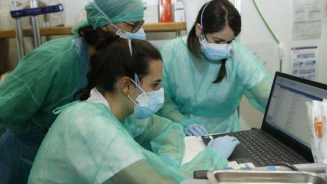 El equipo de investigación del  Hospital Vall d'Hebron (VHIR) de Barcelona en plena labor científica.