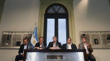 El jefe de Gabinete, Marcos Peña, habló luego de encabezar la mesa de diálogo social convocada por el gobierno e integrada por los los tres líderes de la CGT y representantes del Grupo de los 6.