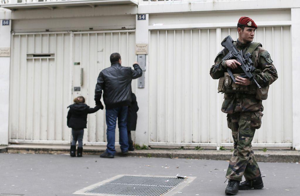 Fusil en mano. Custodia militar para una escuela hebrea de la zona de París. El miedo no pasó.