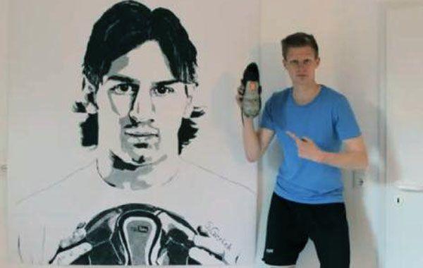 Furor en Alemania por un joven que pinta a Messi con un botín y un calzoncillo