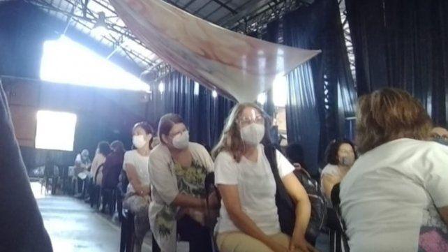 Docentes y personal sanitario de varias localidades del interior de la provincia debieron trasladarse a Rosario para vacunarse en el Galpón 17.