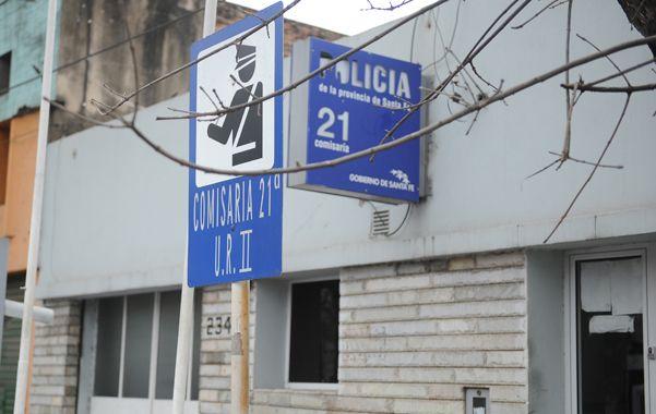 La comisaría 21 aloja a 40 detenidos a quienes cuidan dos uniformados.