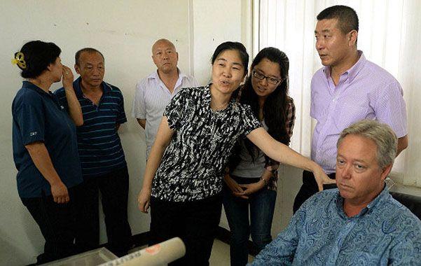 Rehén. Chip Starnes (derecha) durante la medida de fuerza que lo confinó en su empresa en Huaroi.