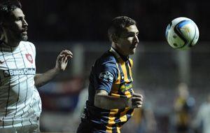 Marco Ruben intenta controlar la pelota ante la marca del colombiano Mario Yepes. (Foto: G. de los Ríos)