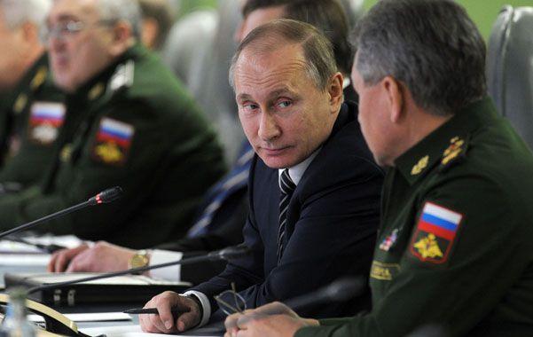 Vladimir Putin escucha a su ministro de Defensa
