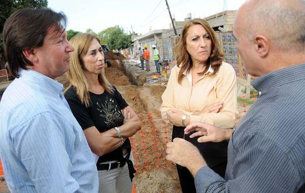 Recorrida. La intendenta supervisó las tareas junto a la secretaria de Obras Públicas y el director de Assa.