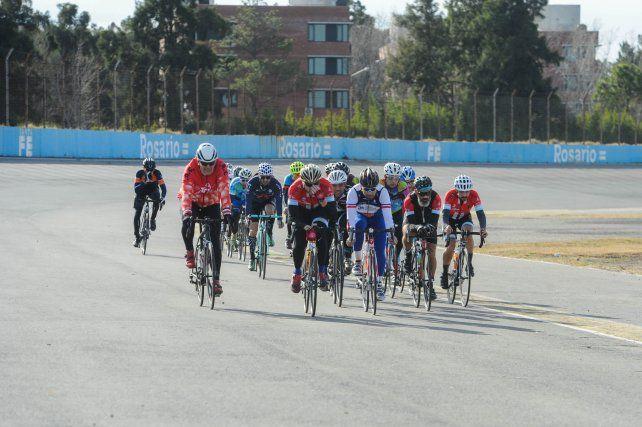 Un pelotón de ciclistas estrenaron la pista recreativa del Fangio en la tarde sabatina.