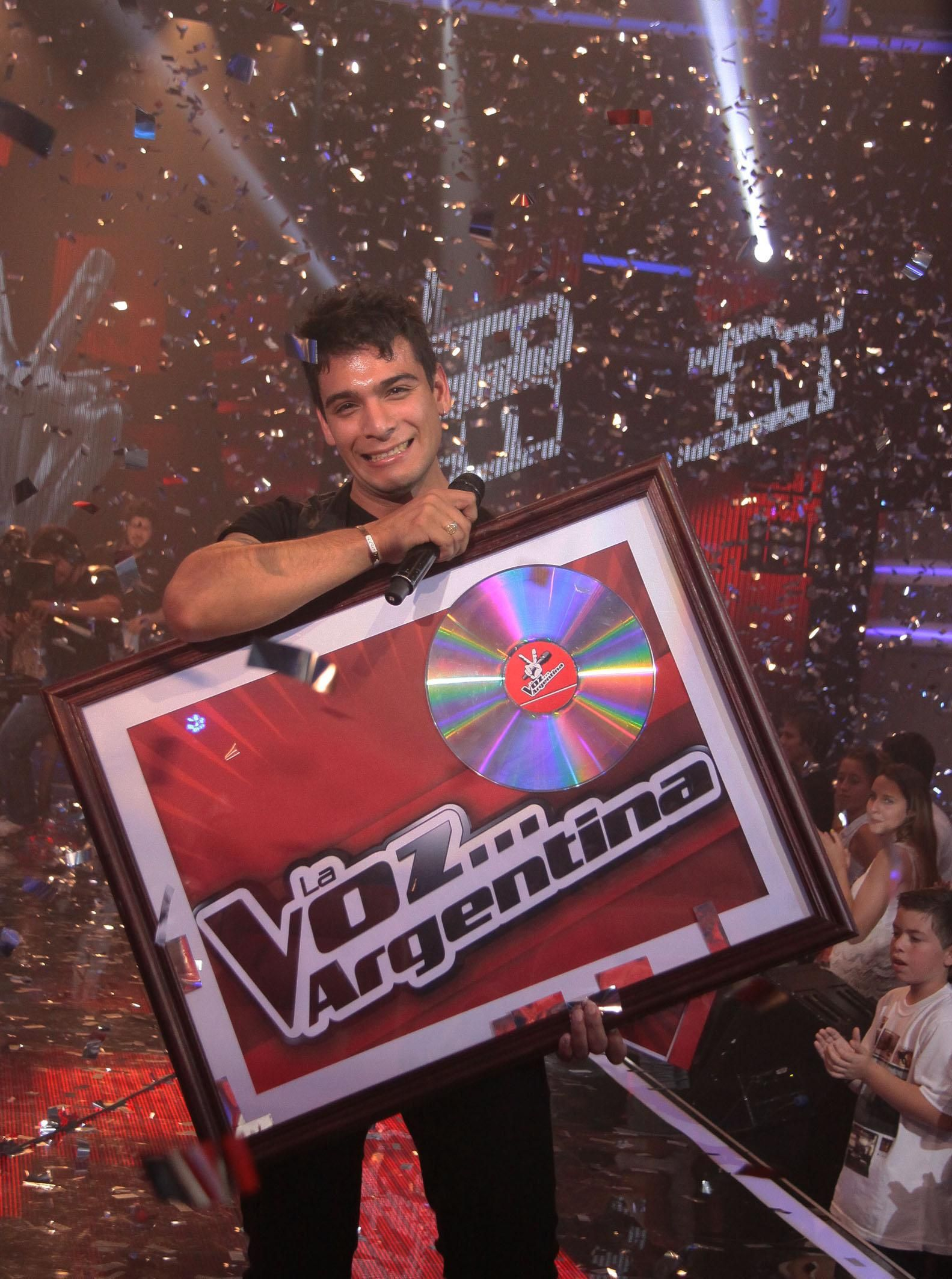 Corvalán al consagrarse ganador en el certamen en televisión.
