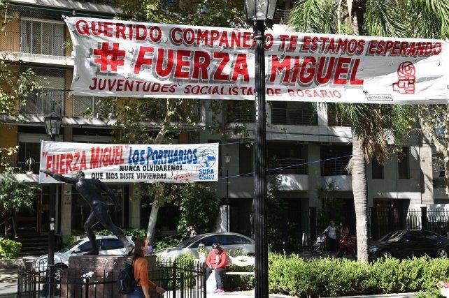 Solidaridad. Los pasacalles se instalaron sobre el cantero central de bulevar Oroño.