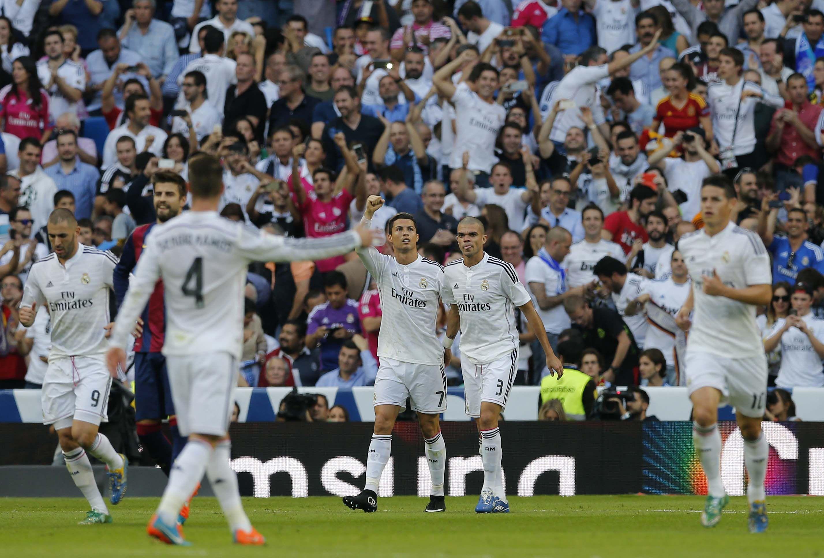 Festejo merengue. Cristiano Ronaldo y Pepe inician la celebración tras el triunfo de Real Madrid en el derby español.