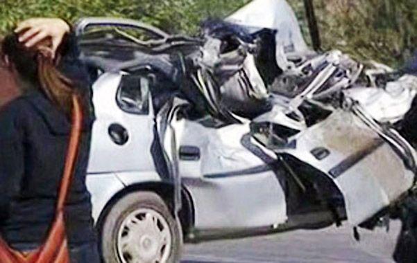 Tragedia vial. El Chevrolet Corsa gris en el que viajaban los jóvenes de entre 20 y 23 años
