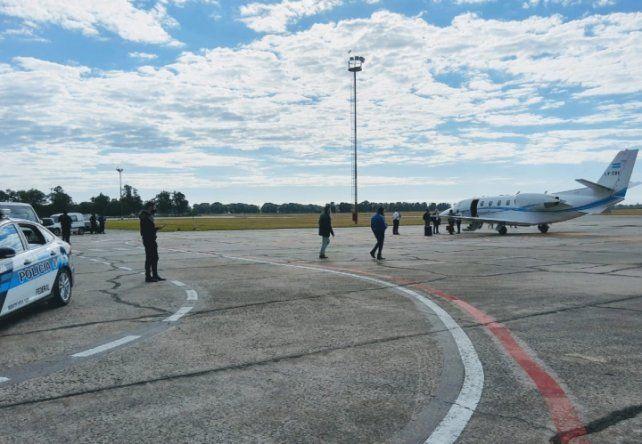 La llegada al aeropuerto de la III Brigada Aérea de Reconquista de los funcionarios del gobierno nacional.