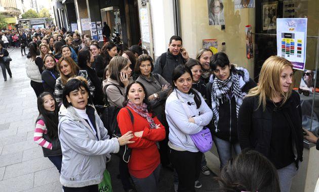 Cientos de personas hicieron cola desde temprano en la peatonal Córdoba para comprar las entradas. (Foto: S. Meccia)
