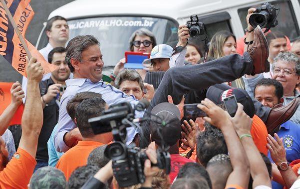 En alza. Neves arrancó su campaña para la segunda vuelta. Ayer estuvo con obreros de la construcción en San Pablo.